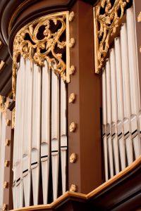 Slika pozlačenega okrasja na omari orgel